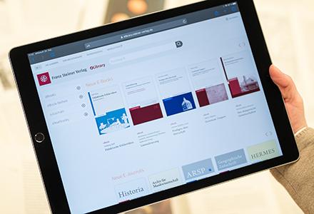 auf einem Tablet wird die Startseite der eLibrary angezeigt