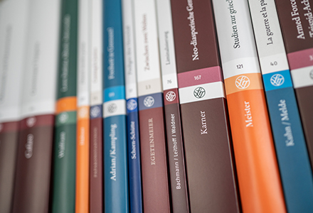 Bücherregal mit Steiner-Büchern in Frontalansicht