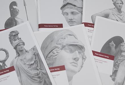 sechs Steiner-Kataloge liegen aufgeschlagen übereinander