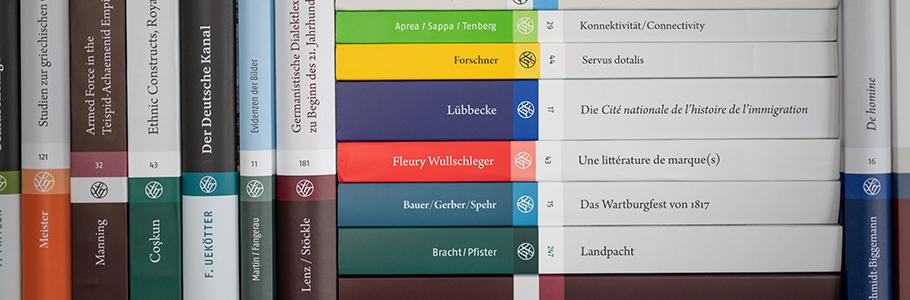 Bücherregal mit Büchern von Steiner