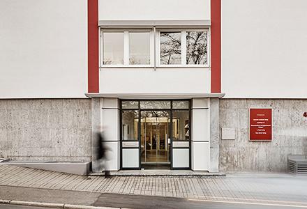 Eingang des Verlagshauses Stuttgart in Frontalansicht