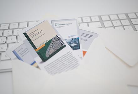 Steiner-Flyer in Briefumschlag liegen ausgebreitet auf Tastatur