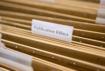 Aktenschublade mit Akte Publication Ethics im Fokus