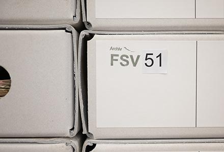 archivierte Akten in Kartons mit der Aufschrift Archiv FSV 51